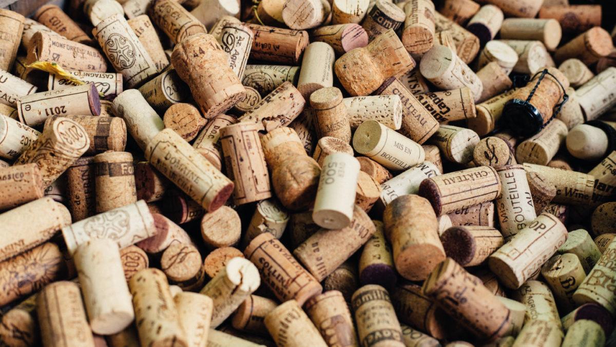 Des bouchons de bouteilles de vins français
